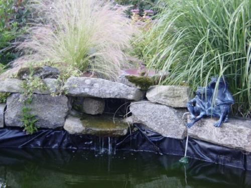 Best bassin de jardin cacher la bache photos design for Toile bassin